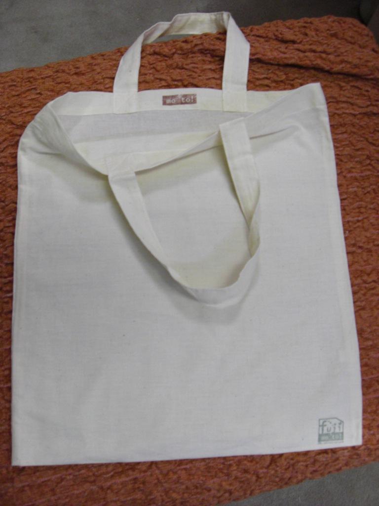 無印良品のバッグはシンプルなデザインが特徴♪ もちろんそのまま使っても良いのですが…。 その特徴を活かし、無印良品だけのサービスを行っているんだとか♡